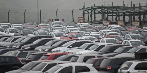 Venda de automóveis e veículos comerciais leves cresce em fevereiro