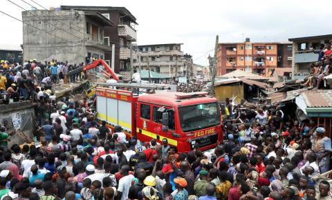 Edifício, onde havia uma escola, desmorona na Nigéria e deixa vítimas