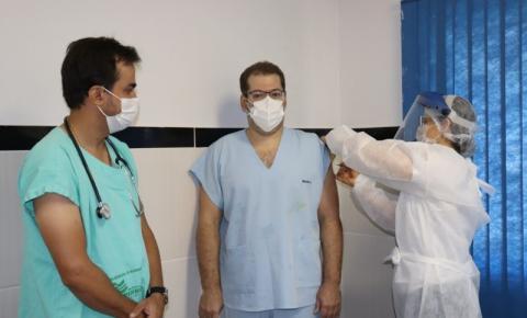 Médico é o primeiro profissional a ser vacinado contra a covid-19 em Morrinhos