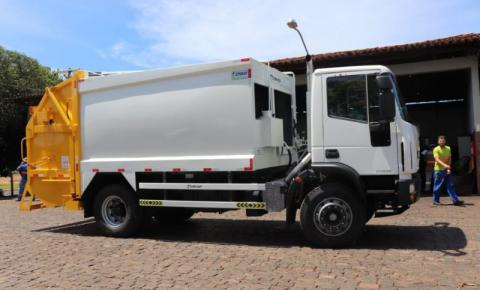 Secretaria de Obras recebe caminhão compactador para reforçar serviços de limpeza urbana