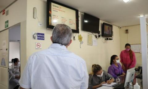 Prefeito visita Hospital Municipal e conversa com pacientes e servidores