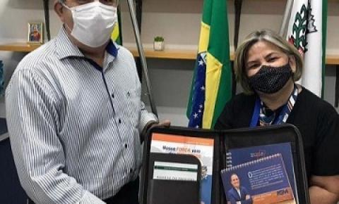 Prefeito Joaquim Guilherme é agraciado com kit personalizado da Federação Goiana de Municípios
