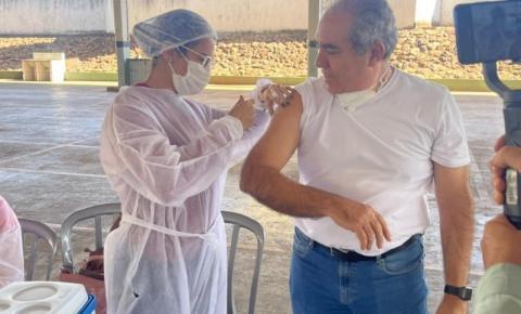 Prefeito Joaquim Guilherme recebe segunda dose da vacina contra a Covid-19