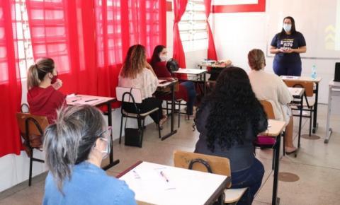 Semed promove formação pedagógica com equipe Sistema Etapa Público