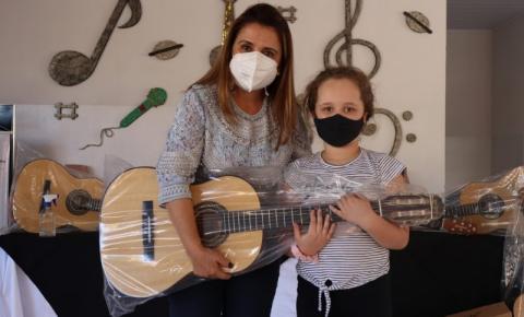 Primeira-dama entrega violões aos participantes do Projeto Amigo de Valor(Prefeitura e Santander)